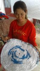 femme présentant tapis
