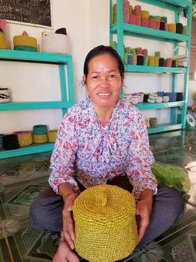 Saroom est très fière de vous présenter sa corbeille crochetée avec les sacs plastiques collectés, lavés et découpés par les femmes de l'Atelier d'IWA Kep au Cambodge.