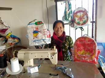 Ces sacs à dos pour enfants ont été fabriqués à partir des sacs emballages qui ont été jetés dans les rivières. Nous formons les femmes khmères à transformer ces déchets en objets pratiques, authentiques et de manière éthique.