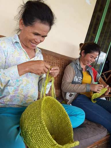 Fabrication de panier avec les sacs plastiques recyclés