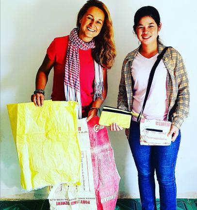 Ces sacs de ciment, de riz ou d'engrais sont quotidiennement jetés dans les rizières. Nous les collectons, nettoyons et transformons en objets de mode comme ces trouses et sacs colorés & trendy !