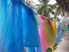Ces sacs plastiques ont été collectés, lavés dans notre atelier. Ils seront transformés par les femmes de l'atelier d'IWA Kep.